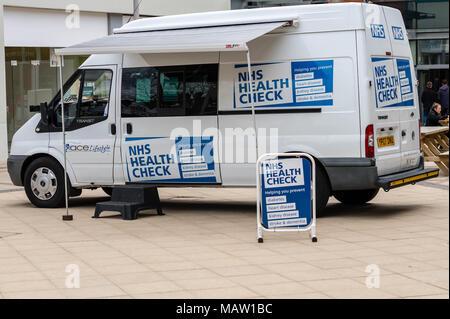 Anglian Unternehmen der Gemeinschaft (ACE) Gesundheit und Wohlbefinden NHS Health Van in Brentwood, Essex prüfen - Stockfoto