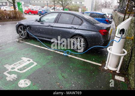 Elektroauto wieder aufladen an eine immer warmen Stromtankstelle, Edinburgh GROSSBRITANNIEN - Stockfoto