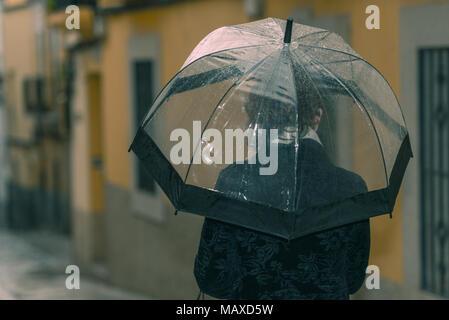 Eine Junge Brunette Frau Mit Transparent Und Schwarz Regenschirm
