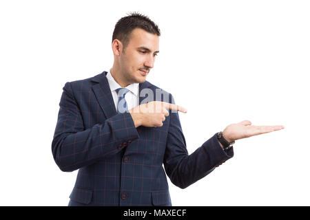 Junge schöne Verkäufer oder Unternehmer zeigen und die Option als Präsentation Konzept auf weißem Hintergrund - Stockfoto