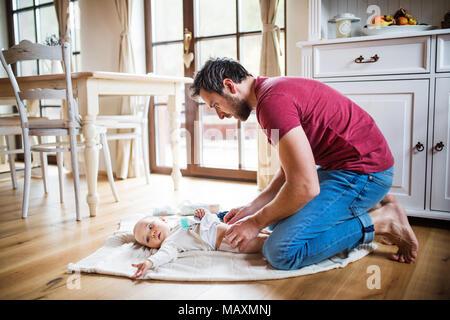 Vater ändern ein Baby zu Hause. - Stockfoto