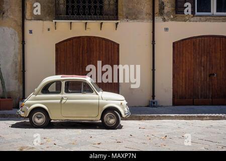 Einer alten cremefarbenen Fiat 500 mit roten Schiebedach, außerhalb eines Gebäudes in Palermo, Sizilien geparkt. - Stockfoto