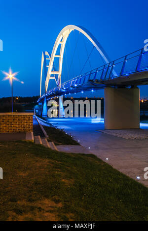 Blaue Stunde auf der Infinity Brücke in Stockton on Tees. - Stockfoto