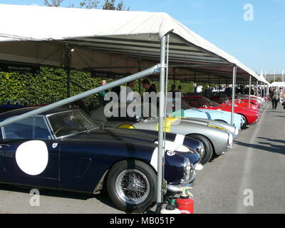Klassische Ferrari in der Koppel am Goodwood Revival 2008 Veranstaltung im September an der West Sussex. - Stockfoto