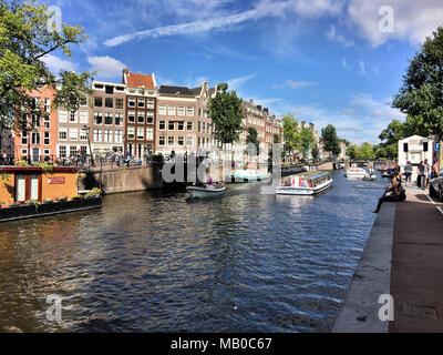 Mit Blick auf eine Gracht in Amsterdam, in der Nähe von Anne Franks home - Stockfoto