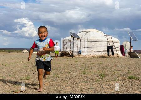 Ein Kind voller Glück und Energie läuft auf mich zu, Wüste Gobi, Mongolei - Stockfoto
