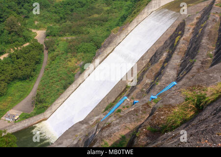 Wasser, das durch spillway, Liyutan Reservoir, Zhuolan County, County Miaoli, Taiwan - Stockfoto