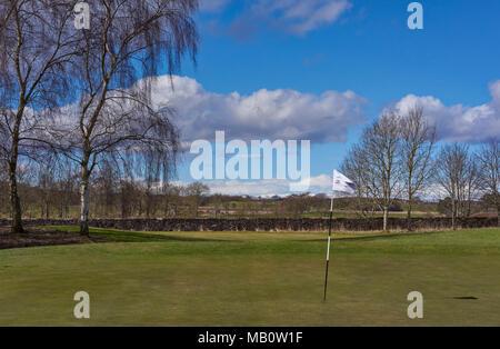Die Grüne und Stift Marker bei Loch 1 Der Glens Kurs am Letham Grange Golf Club im Colliston, Arbroath, Schottland. - Stockfoto