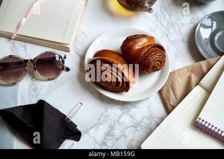 Overhead shot von süße Brötchen mit Mohn auf Marmor tisch mit Lernmaterial Blocklagerung - Stockfoto