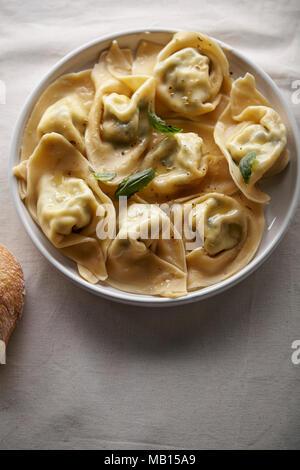 Traditionelle italienische handgemachte Ravioli mit Ricotta und Spinat auf weißem Leinen - Stockfoto