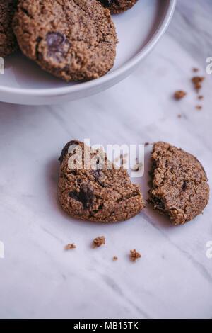 Chocolate Chip Cookie auf einem weißen Marmor Oberfläche - Stockfoto