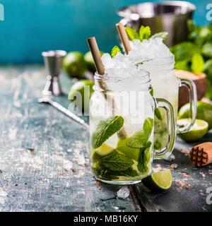 Mojito Cocktail mit Limetten und Minze im Glas auf dem Tisch. Platz kopieren Stockfoto