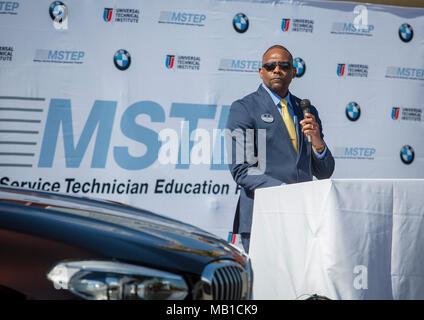 BMW von Nordamerika arbeitet mit dem United States Marine Corps in einer einzigartigen Partnerschaft ein automotive Technician Training Center auf einem US-Militärstützpunkt zu öffnen. Service Mitglieder in Camp Pendleton, in der Nähe von San Diego, CA., Zug für höchste technische Jobs beim Übergang in das zivile Leben in der MSTEP (Militärdienst Techniker Ausbildung Programm). - Stockfoto