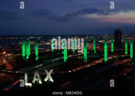 Kinetische LICHTINSTALLATION in der Dämmerung (erhöhte Ansicht). LAX Gateway Pylon Projekt, der Internationale Flughafen von Los Angeles, Kalifornien, USA. - Stockfoto