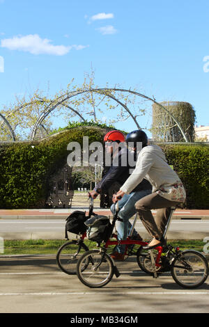 lteres paar mit ihren bikes stockfoto bild 74609554 alamy. Black Bedroom Furniture Sets. Home Design Ideas