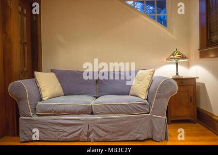 Blaue Couch Auf Eiche Holz Wohnzimmer Erdgeschoss Stockfoto Bild