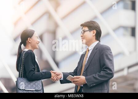 Moderne Geschäftsleute beschäftigen. Partner Hände schütteln, vor seinem Büro. Stadt blackground - Stockfoto