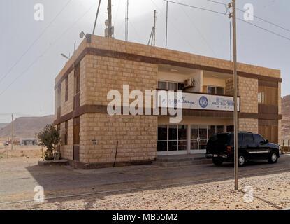 Wadi Rum, Jordanien, 8. März 2018: Das Wadi Rum Bahnhof in der Wüste, Haltepunkt für den berühmten Wüste Zug des Lawrence von Arabien, Mitte - Stockfoto