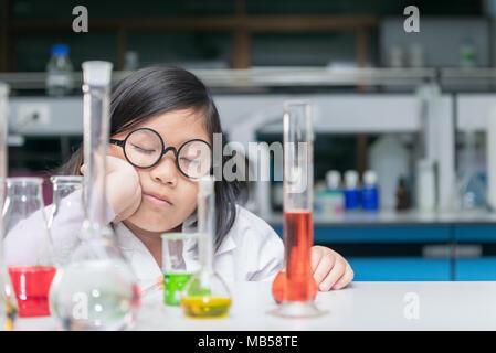 Cute Chemie Studenten schlafen nach Wissenschaft Experiment mit Ausrüstung und warten Reaktion nach Mischung chemische Labors, die die Arbeit der Forscher - Stockfoto