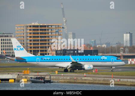 KLM Cityhopper Embraer 190 Flugzeuge am Flughafen London City Rollen - Stockfoto