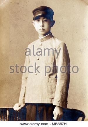 Jahrgang Porträt eines jungen erwachsenen Jungen tragen einer Schuluniform Japan - Stockfoto