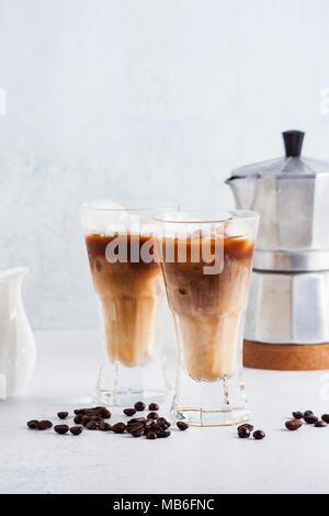 Kalter Kaffee brühen auf dem Tisch. Kaffeekanne im Hintergrund - Stockfoto