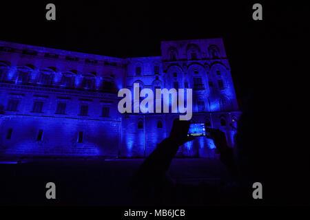 Palazzo Normanni leuchtet blau bei Licht, Blau, Veranstaltung in Solidarität mit Menschen mit Autismus in Unterstützung der Welt Autismus Tag in Palermo. - Stockfoto