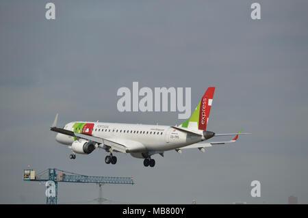 Tippen Sie auf Express Embraer 190-Flugzeuge, die auf Ansatz zum London City Airport - Stockfoto