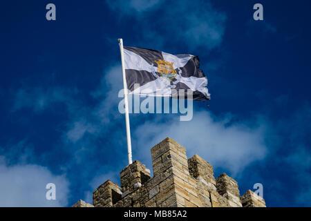 Lissabon. Portugal. Januar 25, 2018. Flagge von Lissabon ist eine gyronny aus vier Teilen der Schwarzen und vier weißen mit dem Wappen in der Mitte - Stockfoto