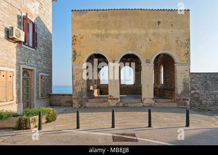 NOVIGRAD, Kroatien - 9. JULI 2016: Alte Gebäude in der Nähe von Meer - Stockfoto