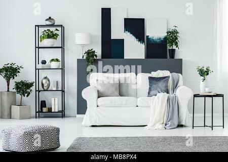 Modernes Wohnzimmer mit grau Kissen und Holz wand hintergrund ...