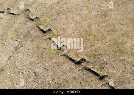 Alte Entwässerungsgraben für Wasser in der meaow. Luftaufnahme - Stockfoto