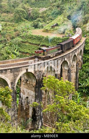 Vertikale Ansicht von einem Bahnübergang die Neun Bögen der Brücke in der Nähe von Ella, Sri Lanka. - Stockfoto