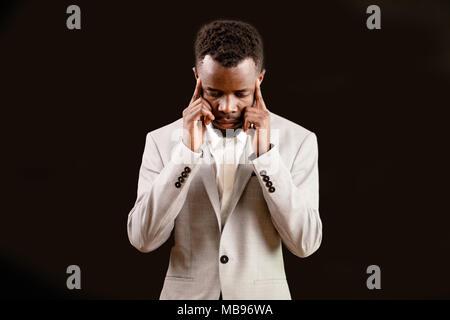 Afro stilvolle Kerl seine Schläfen berühren. - Stockfoto