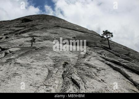 Klettersteig Yosemite : Riesige granit gesicht als auf den felsen des half dome