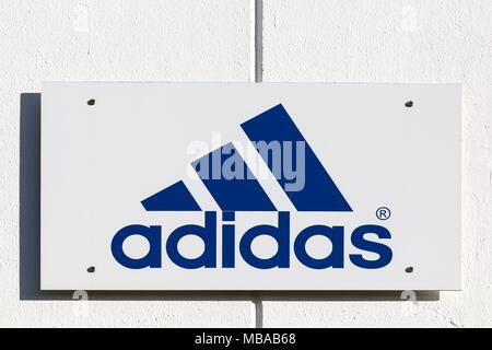 Merignac, Frankreich - Juni 5, 2017: Adidas Logo auf eine Wand. Adidas ist ein deutscher multinationaler Unternehmen, das Sportschuhe, Bekleidung - Stockfoto