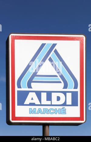 Limas, Frankreich - 14. März 2018: Aldi Markt Logo auf einer Stange. Aldi ist einer der weltweit führenden Discounter Kette mit über 9 000 Filialen - Stockfoto