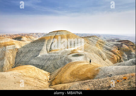 Touristische Wandern am Trail Auf surreale gelben Berge im Desert Park Altyn Emel in Kasachstan - Stockfoto