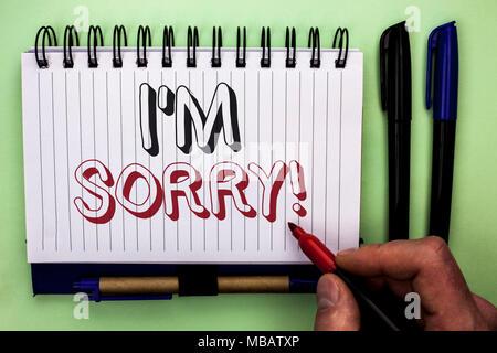 Schreiben Hinweis, es tut mir Leid. Business foto Präsentation entschuldigen Gewissen fühlen sich bedauernd Entschuldigte reuigen Betrübt durch den Menschen halten M geschrieben - Stockfoto