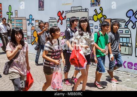 Tokyo Japan Harajuku Takeshita Dori Street shopping Shopper asiatische Teen Mädchen junge Kunst Wandbild walking Gruppe - Stockfoto