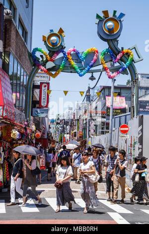 Tokyo Japan Harajuku Takeshita Dori Street shopping Shopper asiatische Frau Teen Mädchen junge Eingang Bogen Luftballons - Stockfoto