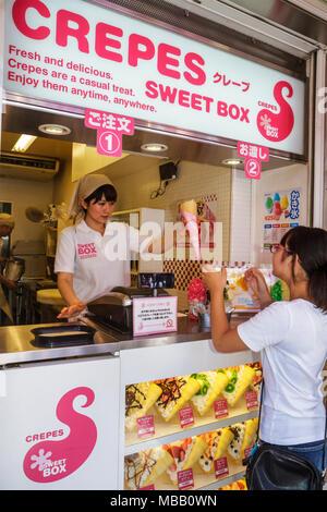 Tokyo Japan Harajuku Takeshita Dori Street Shopping einkaufen Kanji hiragana Zeichen japanischer und englischer Sweetbox crepes Plas - Stockfoto