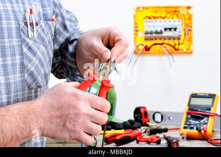 Elektriker Techniker bei der Arbeit in einem Wohngebiet elektrische ...