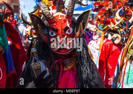 Píllaro, ECUADOR - Februar 6, 2016: Unbekannte einheimische verkleidet an der Diablada, beliebte Stadt feiern mit Menschen als Teufel verkleidet - Stockfoto