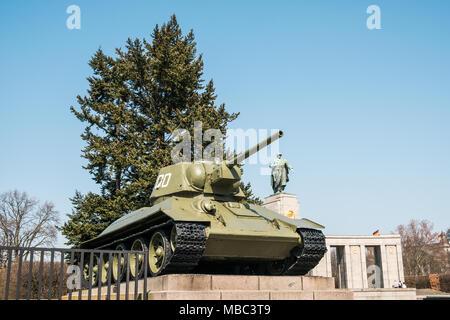 Berlin, Deutschland - April 2018: Tank am Sowjetischen Ehrenmal (Tiergarten), Berlin, Deutschland - Stockfoto