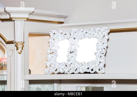 kommode mit zwei leeren bilderrahmen stockfoto bild 179139562 alamy. Black Bedroom Furniture Sets. Home Design Ideas