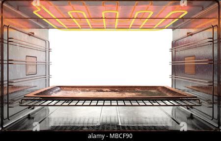 Eine Ansicht von innen eine heiße operationellen Haushalt Backofen aus der offenen Tür mit einem leeren tanished Backblech inside - 3D-Rendering - Stockfoto