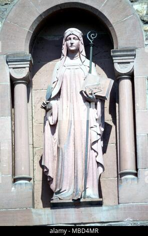 Heilige Hildegard von Bingen (September 16, 1098 - September 17, 1179) Der große Mystiker, Okkultist, und Spezialist Herbalist. Statue auf der Vorderseite ihrer Abtei (jetzt neu) bei Rüdesheim, Bingen, am Rhein. © 2006 Charles Walker/ - Stockfoto