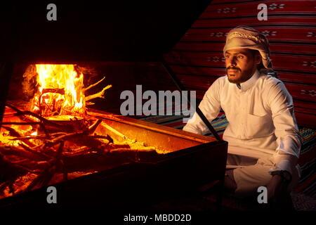 Portrait von Beduinen junger Mann, Wadi Rum Wüste, Jordanien - Stockfoto