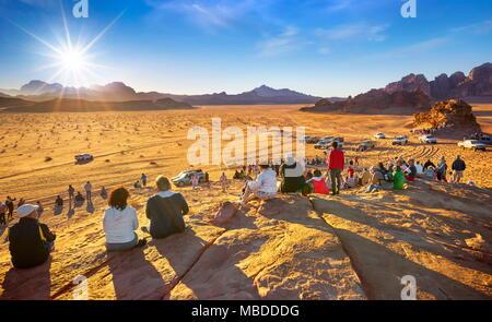 Touristen warten auf den Sonnenuntergang, Wadi Rum Wüste, Jordanien - Stockfoto